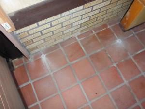 シロアリの玄関周りの被害 イメージ